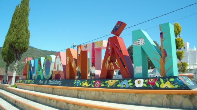 vídeos de stock e filmes b-roll de colorful landmark banner in zinacantan, pueblo mágico, chiapas, mexico - chiapas