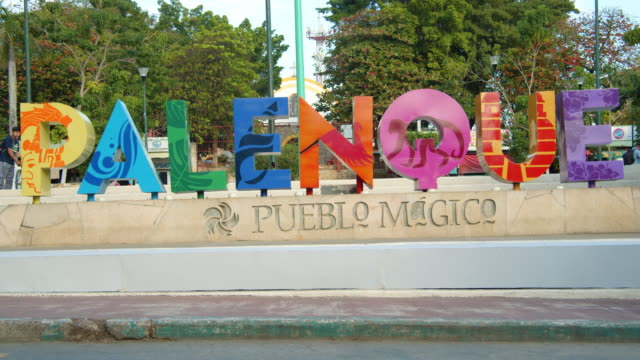 vídeos de stock e filmes b-roll de colorful landmark sign in palenque, mexico - palenque