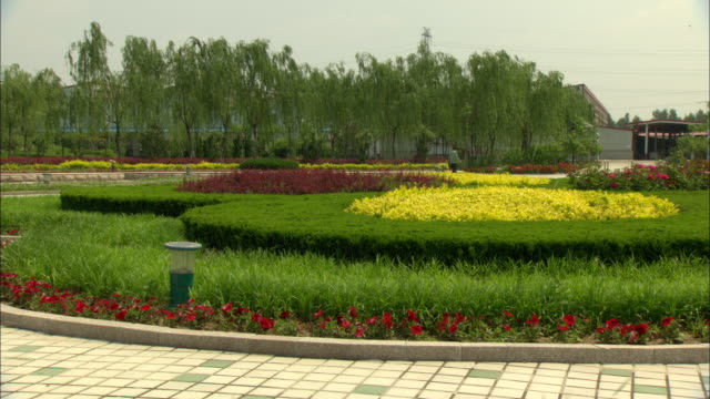 stockvideo's en b-roll-footage met ws colorful landscaped garden on campus of china solar valley operated by himin solar energy group, dezhou, shandong, china - tuinpad