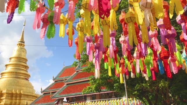 vidéos et rushes de colorful lantern in phra that hariphunchai pagoda - fidèle religieux