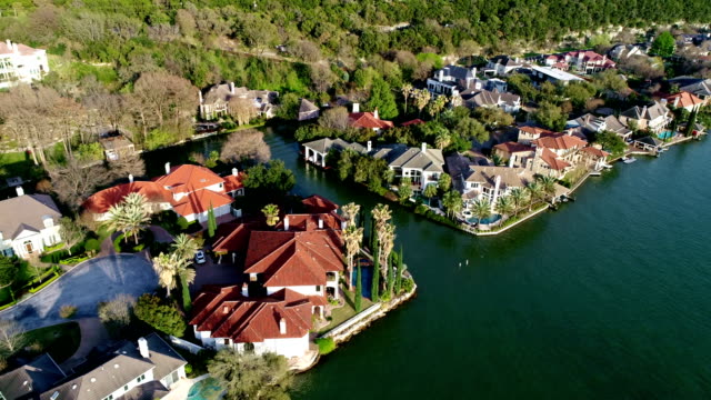 bunte millionen dollar villen säumen die ufer des west lake in austin, texas, usa - millionär stock-videos und b-roll-filmmaterial