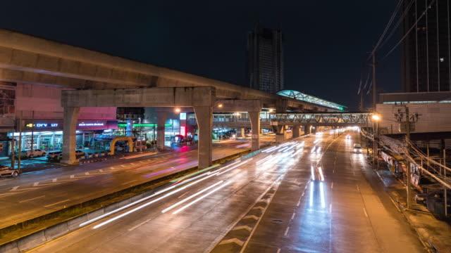 タイ、バンコクのスカイトレイン駅と t/l カラフルな夜のトラフィック - 高架電車点の映像素材/bロール