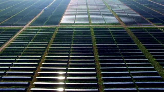 vídeos y material grabado en eventos de stock de paneles coloridos que reflejan una vista sol de luz abejón aéreo encima de panel solar fuera de austin texas, producción de energía limpia renovable - energía solar