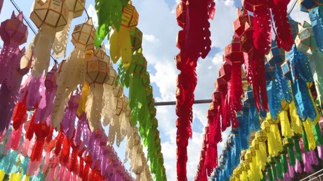 vidéos et rushes de colorful paper lanterns in thailand - fidèle religieux