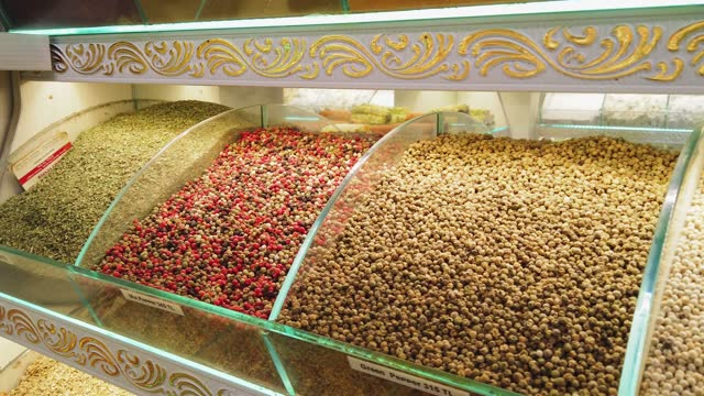 grani di pepe colorati - bazar delle spezie video stock e b–roll