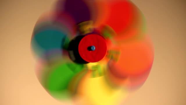 corse colorato tappezzi mulino a vento - girandola video stock e b–roll