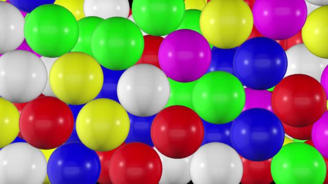 vídeos de stock, filmes e b-roll de bolas de plástico coloridas caindo transição, bolas coloridas enchendo tela. - encher
