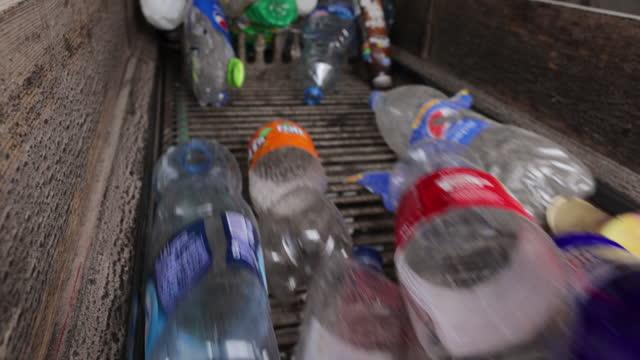 リサイクルプロセスのためのコンベヤーベルトのカラフルなペットボトル - リサイクル工場点の映像素材/bロール