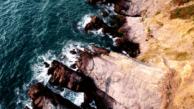 slow motion: colorful rocky sunny california coastline - baia di san francisco video stock e b–roll