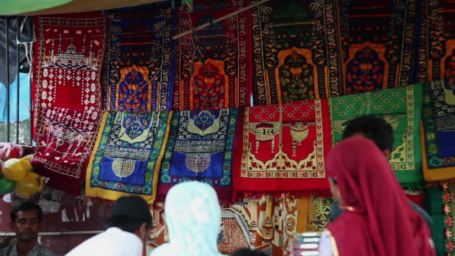 MS Colorful rugs at market stall / Delhi, Delhi, India