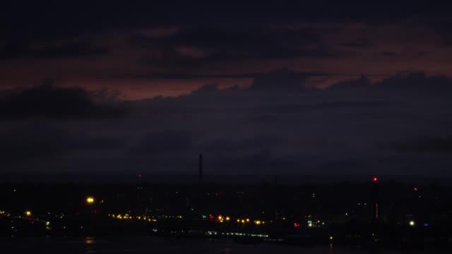 vidéos et rushes de a colorful sky at dusk hangs over new jersey - mauvais présage