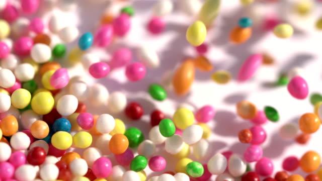 bunte zucker süßigkeitsbälle gestapelt in bewegung - auf und ab springen stock-videos und b-roll-filmmaterial