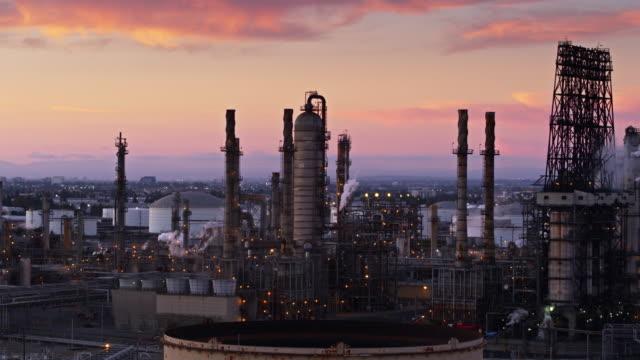 vídeos de stock e filmes b-roll de colorful sunset behind an oil refinery in the port of la - drone shot - wilmington cidade de los angeles