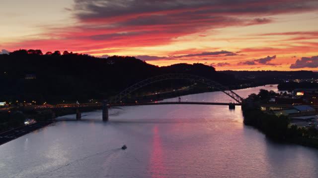 vidéos et rushes de coucher du soleil coloré sur la rivière ohio à pittsburgh - drone shot - rivière ohio