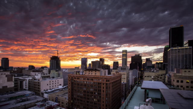 "vidéos et rushes de t/"" colorful sunset over downtown los angeles historic district. - toit"