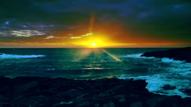 Onda colorato tramonto sull'oceano