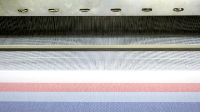 stockvideo's en b-roll-footage met kleurrijke draden op een weefgetouw in weven weefgetouw machine in textielfabriek - polyester