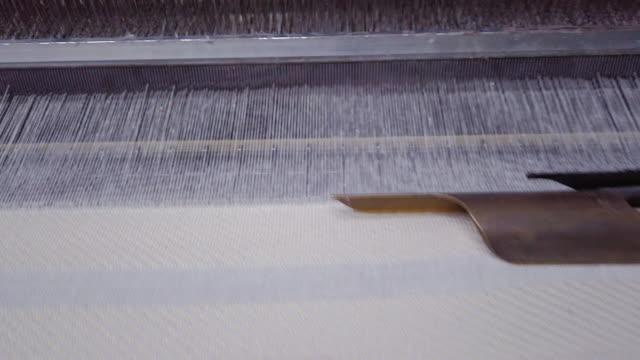 stockvideo's en b-roll-footage met kleurrijke threads op een weefgetouw in weefgetouw machine in textielfabriek - polyester