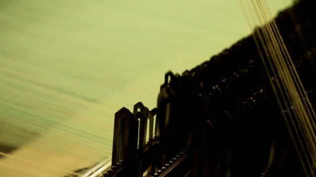 bunte fäden auf einem webstuhl in der webmaschine - webstuhl stock-videos und b-roll-filmmaterial