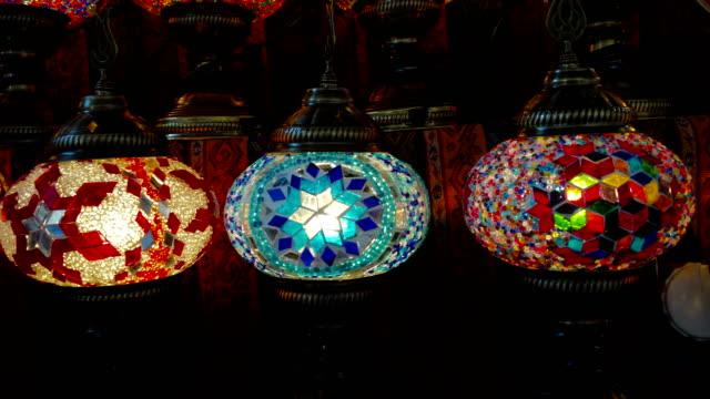 vídeos y material grabado en eventos de stock de linternas turcas coloridas en el gran bazar, estambul - gran bazar