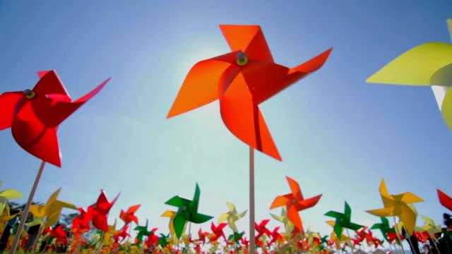 vídeos de stock e filmes b-roll de turbinas de vento colorido no campo - origami
