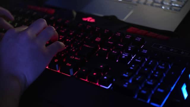 vídeos de stock e filmes b-roll de colorfully lit keyboard on your computer - movimento desfocado