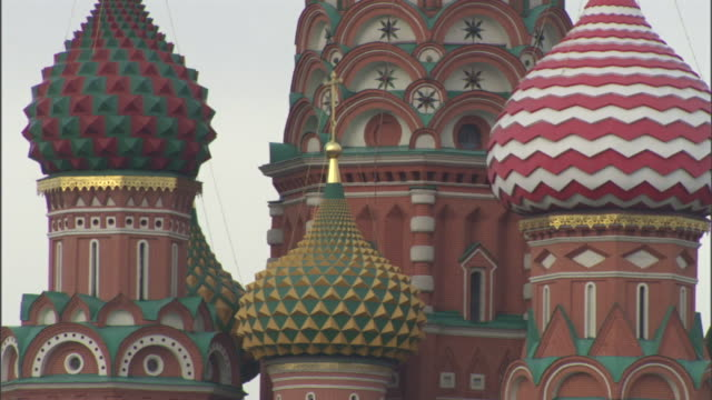 colorfully patterned onion domes top st. basil's cathedral in moscow. - 赤の広場点の映像素材/bロール