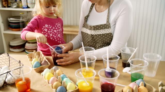 Colorare le uova di Pasqua con tintura naturale