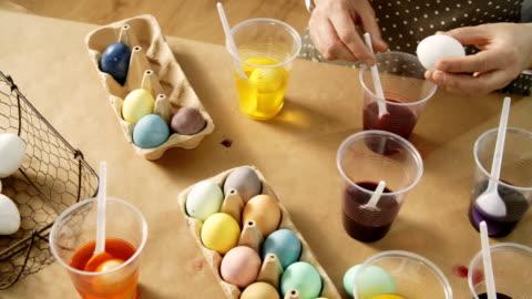 vídeos y material grabado en eventos de stock de para colorear huevos de pascua con tinte natural - pascua