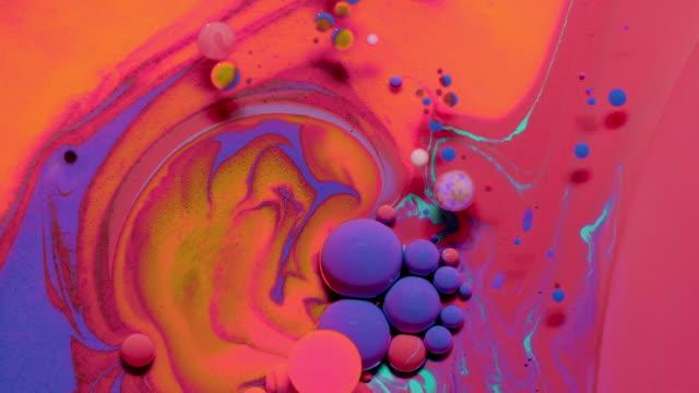 vídeos y material grabado en eventos de stock de vídeo de stock de colors in motion - gota de agua salpicando