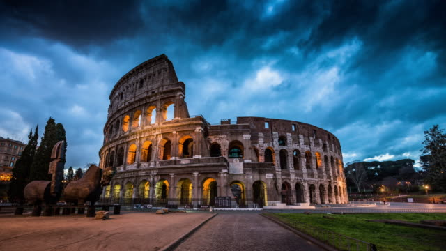stockvideo's en b-roll-footage met colosseum in rome, italië - time-lapse - rome italië