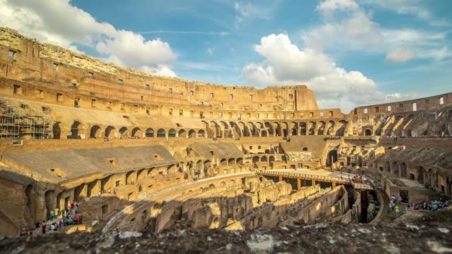 vídeos y material grabado en eventos de stock de coliseo roma vista, historia famoso monumento histórico de italia. italiano y los turistas viene a visitar. - gladiador