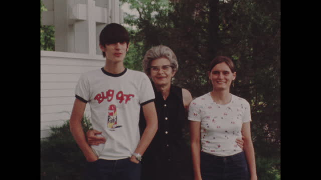 stockvideo's en b-roll-footage met colour archive home movie portrait of an american family circa 1977. - amerikaanse cultuur
