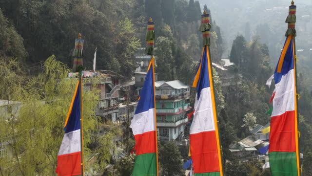 vidéos et rushes de coloured flags of a buddhist monastery in the mountains of darjeeling - monastère