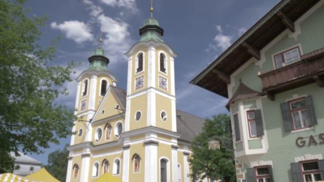 colourful church in the town of st. johann, austrian alps, tyrol, austria, europe - 北チロル点の映像素材/bロール
