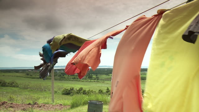 stockvideo's en b-roll-footage met colourful clothesline - wasknijper