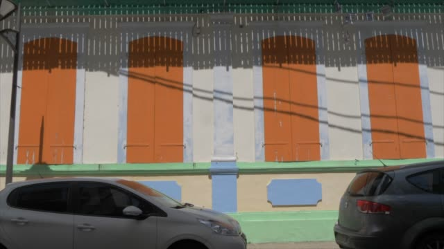 vidéos et rushes de colourful colonial building on back street, pointe-a-pitre, guadeloupe, french antilles, west indies, caribbean, central america - guadeloupe