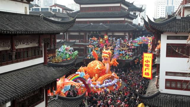 vídeos de stock e filmes b-roll de colourful dragon statue chinese new year, yuyuan garden, shanghai, china, asia - benção