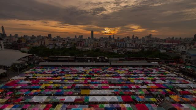 vídeos de stock e filmes b-roll de colourful food stalls night market in bangkok - grupo mediano de animales