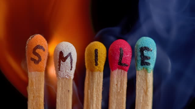 """stockvideo's en b-roll-footage met slo mo ld colourful matches with inscription """"smile"""" being lit on fire - vijf dingen"""