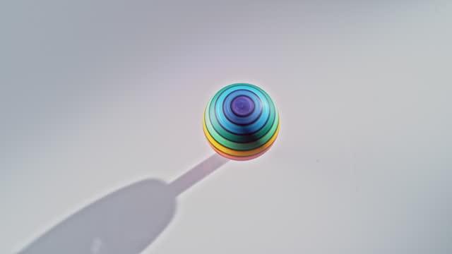 ld top rotante rotondo colorato che ruota velocemente - wood material video stock e b–roll