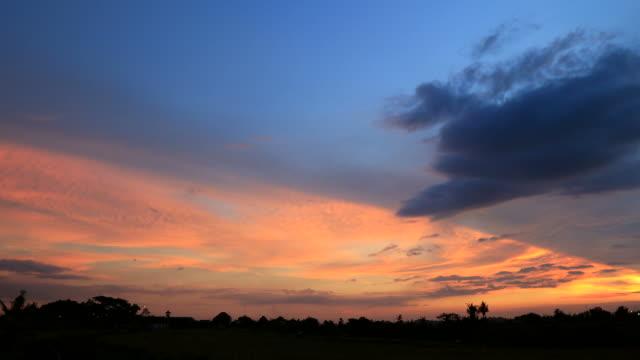 Kleurrijke zonsondergang met blauwe en oranje hemel time-lapse