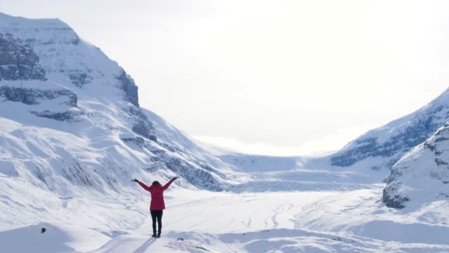 columbia icefield mit frau arm strecken - land stock-videos und b-roll-filmmaterial