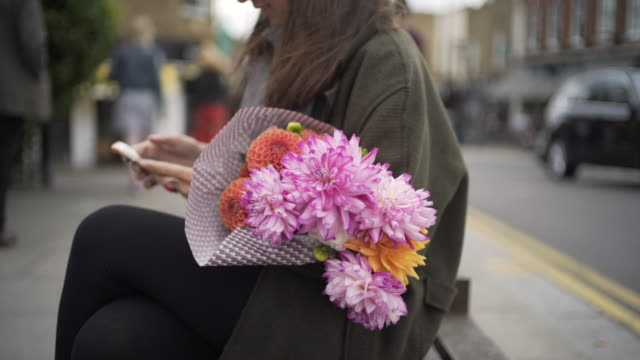 columbia road flower market, london, uk - blumenbouqet stock-videos und b-roll-filmmaterial