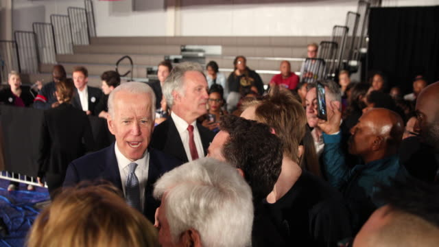 columbia, south carolina, usa: democratic nomination hopeful joe biden poses for photos with, and speaks personally to supporters, after giving a... - 副代表点の映像素材/bロール