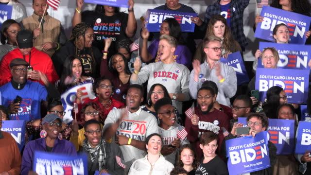 vídeos de stock e filmes b-roll de columbia, south carolina, usa: supporters wait for democratic nomination hopeful joe biden to speak during a primary night rally at the university of... - partidário