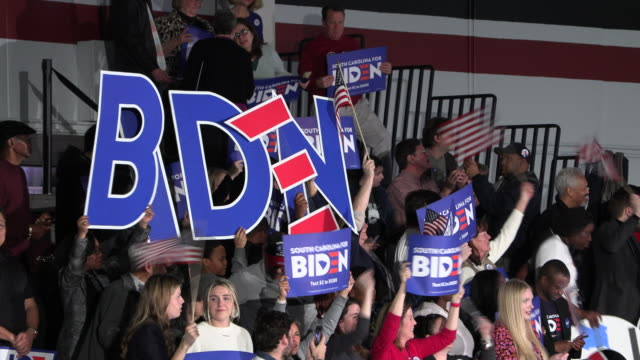 vídeos de stock e filmes b-roll de columbia, south carolina, usa: supporters wait for democratic nomination hopeful joe biden to speak during a primary night rally at the university of... - eleições