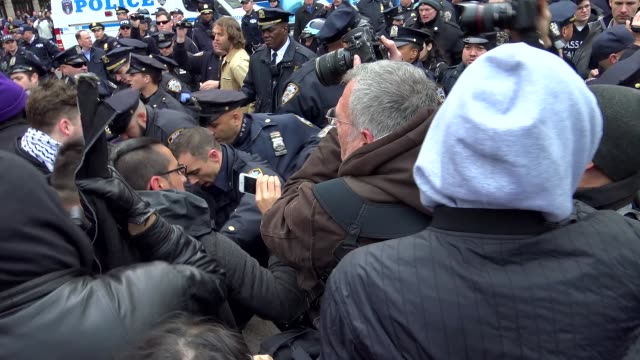 columbus circle – central park police scuffle erupted with antitrump protestors during rally when protestors allegedly started throwing water bottles... - 対決点の映像素材/bロール
