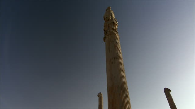 ws td column against clear blue sky, persepolis, iran - persepoli video stock e b–roll