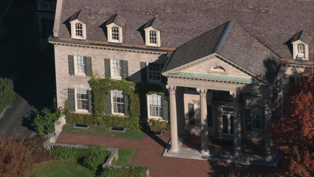aerial columned entrance of the george eastman house / rochester, new york, united states - ジョージア調点の映像素材/bロール